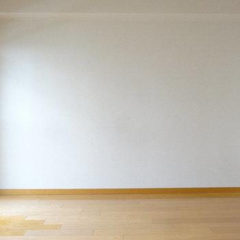たっぷりの壁面にはお気に入りの絵やカードを飾って素敵に見せたいな。