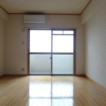 洋室は7.3帖。たくさんの家具は置かずにシンプルに暮らすのがおすすめ。