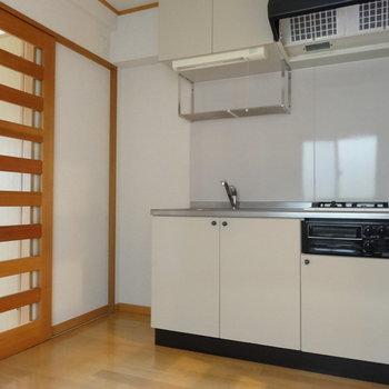 ダイニングキッチンも広めの空間。キッチンはシンプルです。