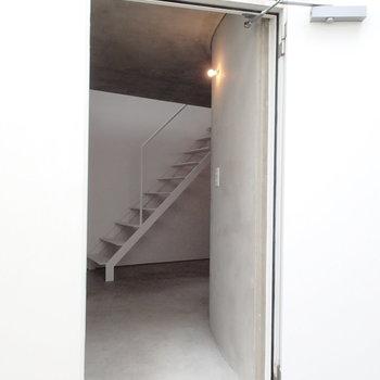 入り口こんな感じ。玄関ぽいものはありません。