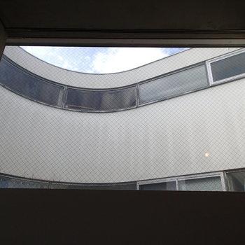 この窓からはカーブした外観が望めます。