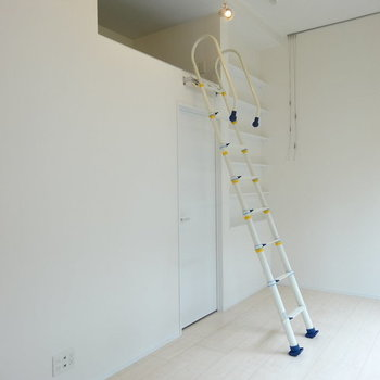 はしごを登って※写真は1階の反転間取りのものです。