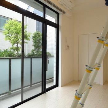 窓も天井までしっかりあります。カーテン買いなおさなきゃ!※写真は1階の反転間取りのものです。