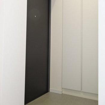 玄関はすっきりコンパクトな仕上がり。※写真は1階の反転間取りのものです。