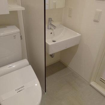 洗面台とトイレはお隣さん。※写真は1階の反転間取りのものです。