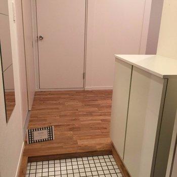 玄関は白のタイルで※写真は別部屋