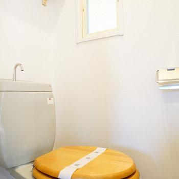 トイレは木製便座に!※写真は別部屋