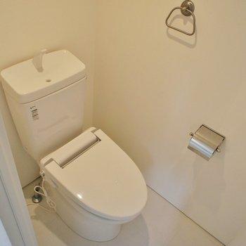 ウォシュレット付きトイレ。いいですね!※写真は別部屋