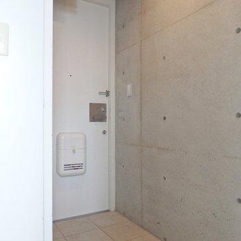 玄関は区切りのないアメリカンなタイプ。