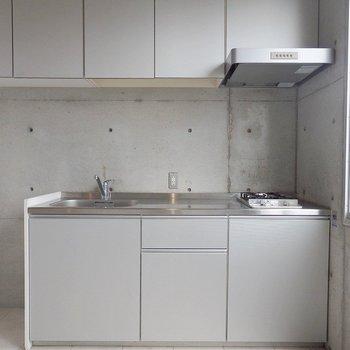 キッチンは上下に収納がついていて便利。