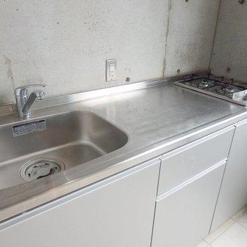 調理スペースもしっかり確保されている、2口ガスコンロ。