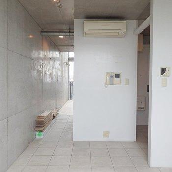 玄関から台所にかけてはホワイトタイル。