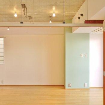 洋。室とリビングの天井は、吹き抜けです。※写真は別部屋になります。