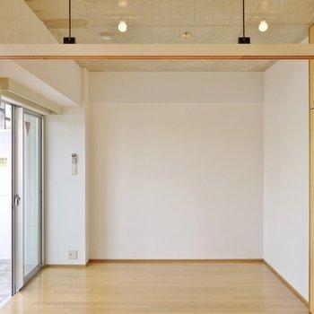 正方形に近い形の洋室は、間取以上に使いやすそう。※写真は別部屋になります。