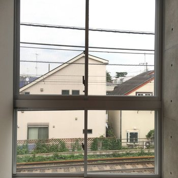 大きな窓からは線路が見えてます!
