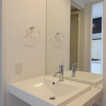 その隣に洗面台。※写真は13階の同間取り別部屋のものです