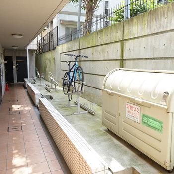 廊下に自転車とゴミ置き場♪