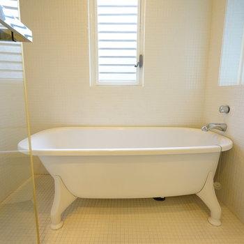 お風呂は猫足バスタブに窓つき!※写真は別部屋です