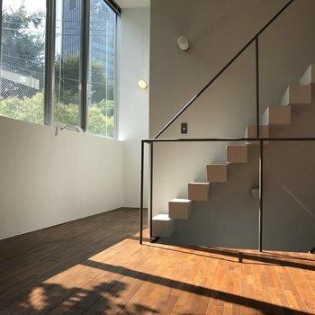大きな窓と階段がマッチします