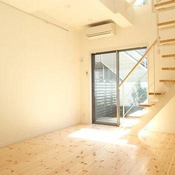 こちらは一階です。窓の外はウッドデッキ!