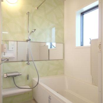 お風呂は窓つき、浴室乾燥機付き!