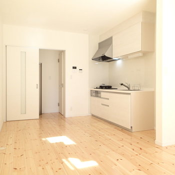 1階にはキッチンもあります。奥のドアは玄関とトイレに続きます。