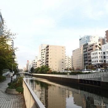 田町駅からこの道を歩いて向かいます!