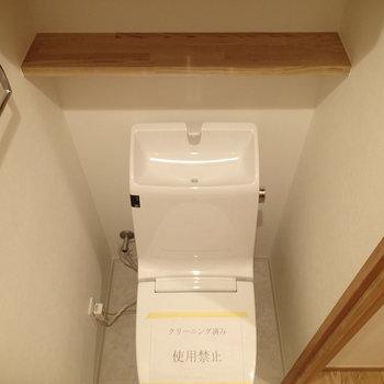 少し狭めですが、上部に棚があります。