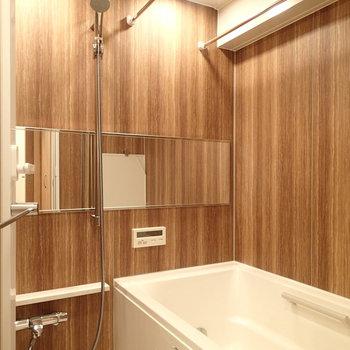 浴室。こちらも木目クロスで柔らかい印象。