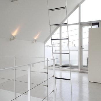 2階は真っ白。照明の角度とかツボを抑えてますね。