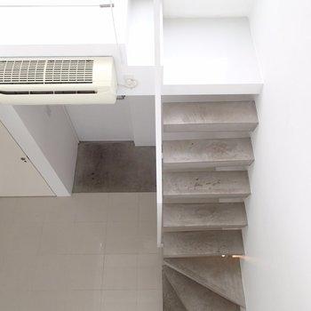 一階にも降りてみましょう。よく見るとこの階段途中から白になってる。