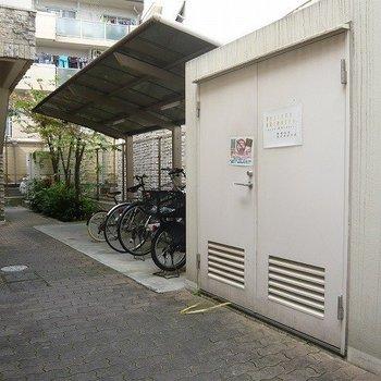 駐輪場はエントランスの隣です。