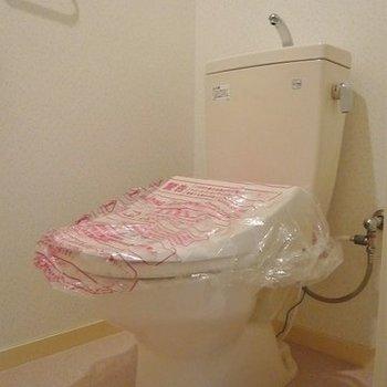 タオル掛けの上にウォシュレットのパネル付いてます。