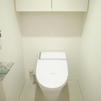 水回りスペースに入って右手にトイレ。仕切りはないです。※写真は別部屋です
