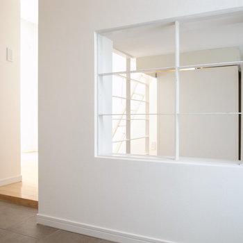 1階の洋室と玄関から下へ光を通します※写真は別部屋です