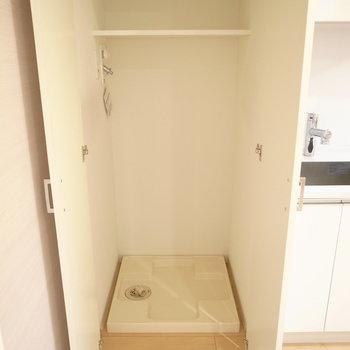 キッチン横に洗濯機置場※写真は別部屋です