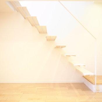 階段下のスペースも使える◎※写真は別部屋です