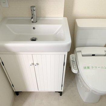 かわいい洗面台とトイレが並びます。