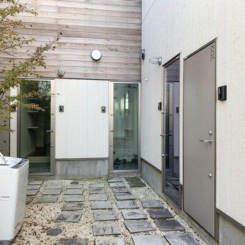 スケスケの玄関扉もありますが、202号室は普通のタイプですよ。