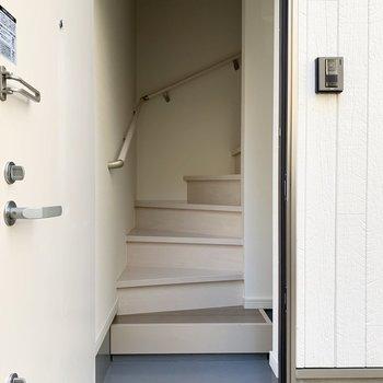1階の玄関を開けるときれいな淡い階段が。