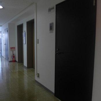 エレベーターすぐ横のお部屋です