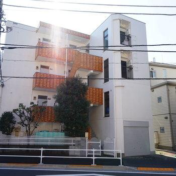 白とレンガがレトロ可愛い建物です