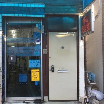 床屋さんのすぐ右隣にドアです。