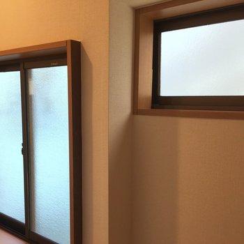 トイレになぜか窓が2つも!