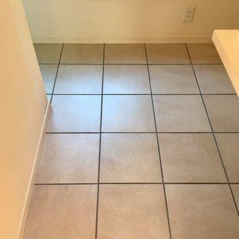 サニタリースペースの床は本物の石タイルで高級感があります!