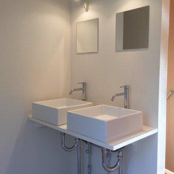 洗面台が2つも!※鏡の位置が高めで小柄な方だと背伸びが必要