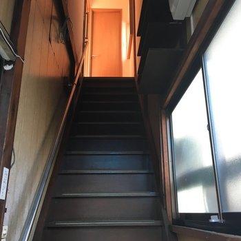 昭和感たっぷりな急な階段を上ります。