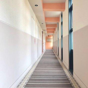 共用廊下もカーペット敷でホテルのようでしょ。
