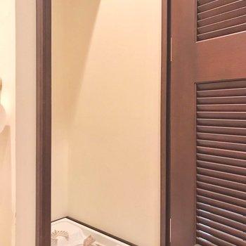 洗濯機置き場は扉の中に。生活感を隠して。(※写真は6階の反転間取り別部屋、清掃前のものです)