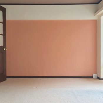 この壁とドアの配色のバランス、きゅんとします。(※写真は6階の反転間取り別部屋、清掃前のものです)